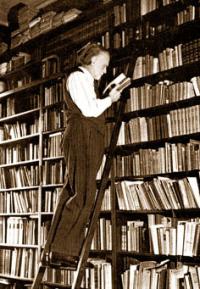 Kodály Zoltán dans sa bibliothèque
